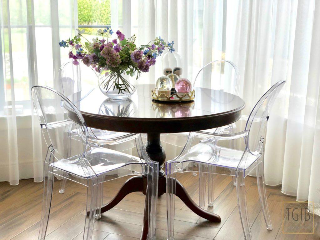 eettafel met doorzichtige stoelen