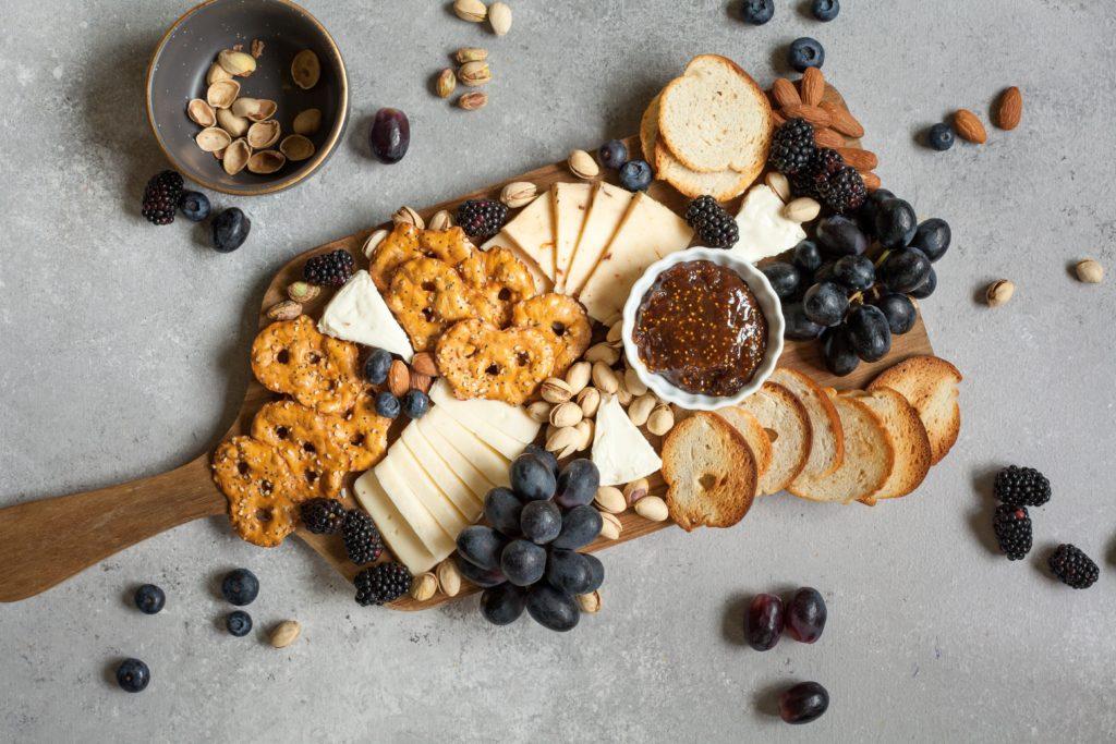 kaasplankje met druiven en toastjes