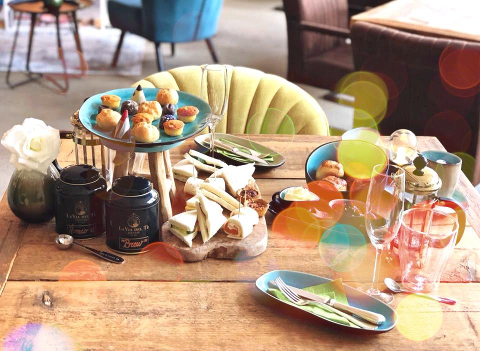tafel vol met high tea hapjes