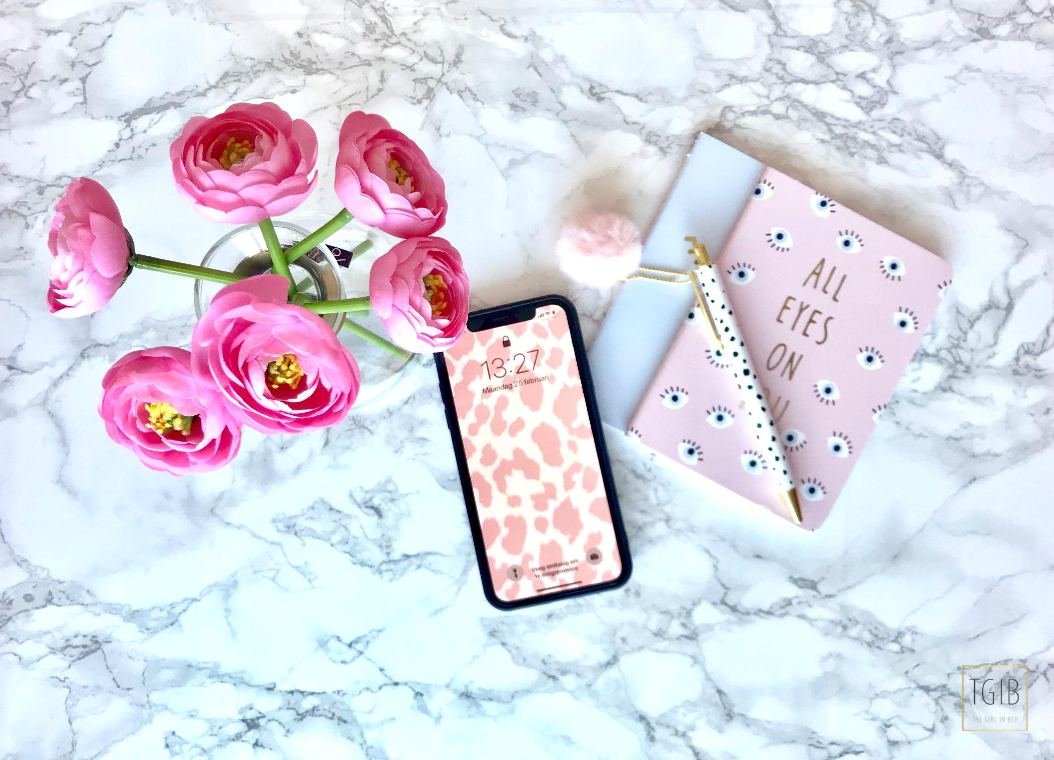 flatlay iPhone xs with flowers Achter De Schermen Bij TGIB deel 2