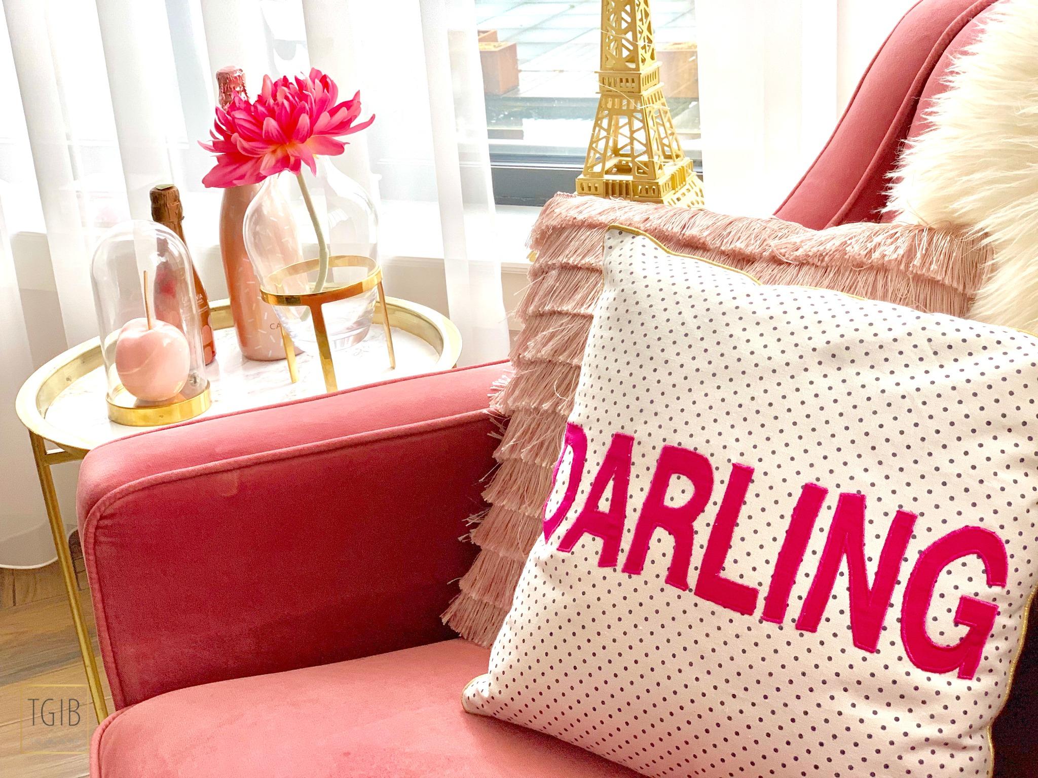 interieurhoekjes: een roze stoel kussen darling