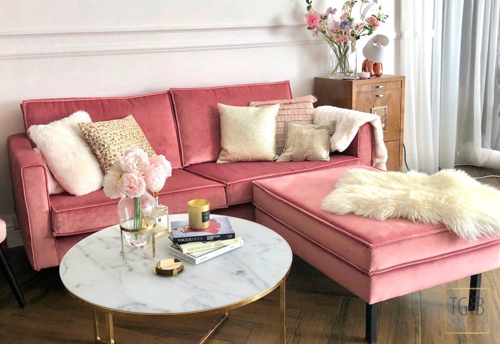 roze bank met salontafel en decoratie