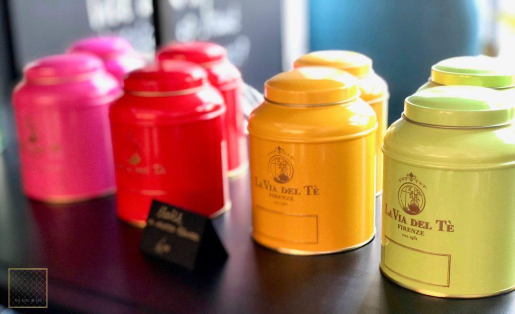 gekleurde potjes thee