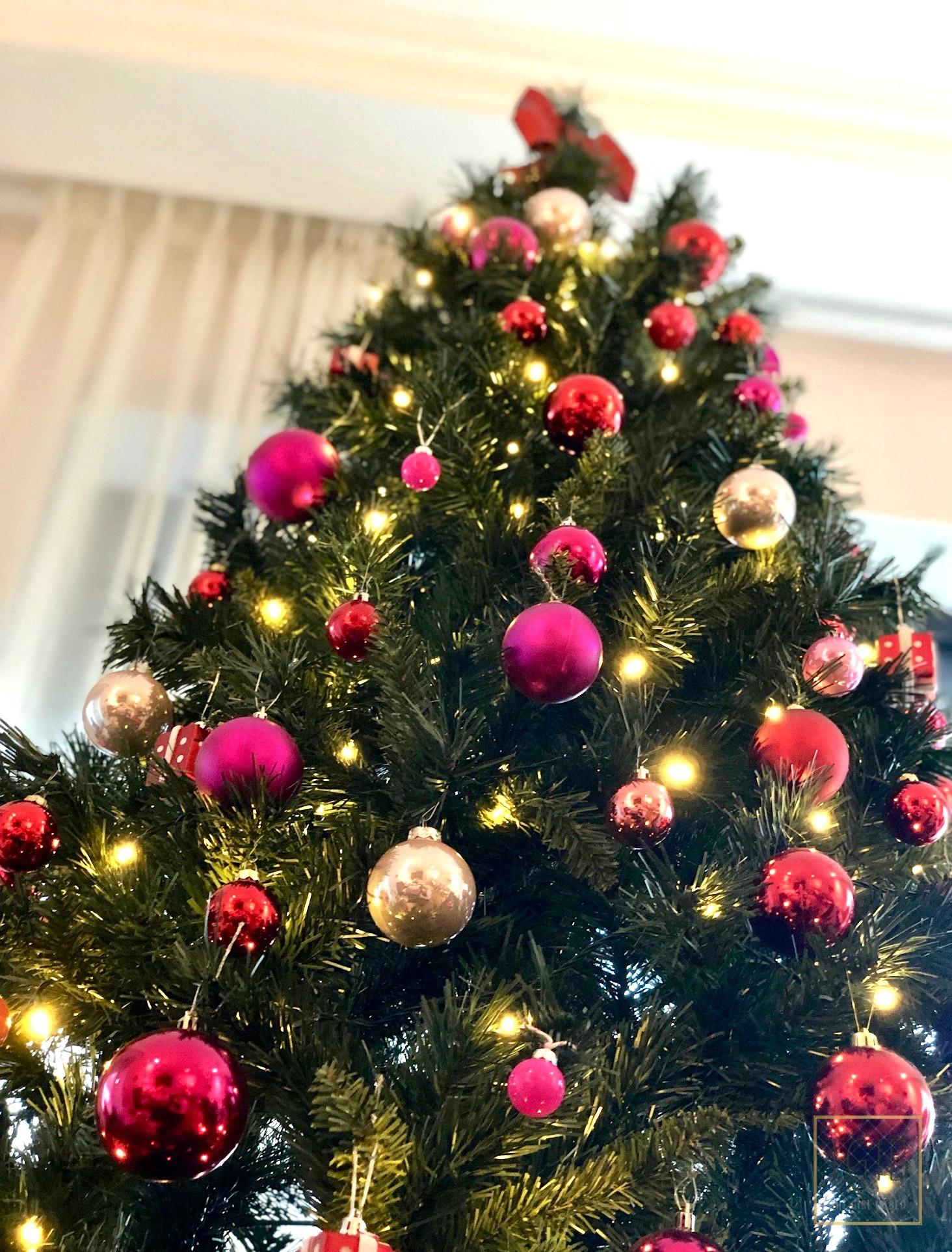 kerstboom met roze en rode kerstballen