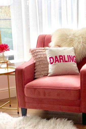 interieurhoekjes: een roze stoel met goud bijzettafeltje